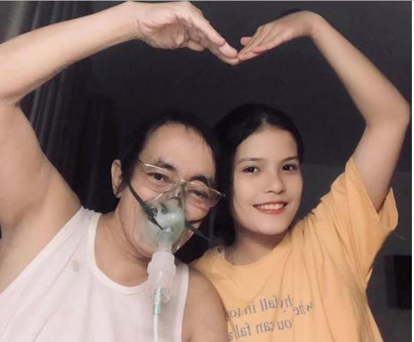 Dù phải đeo máy thở vì sức khỏe yếu, NS Giang Còi vẫn nở nụ cười yêu đời bên cạnh con gái