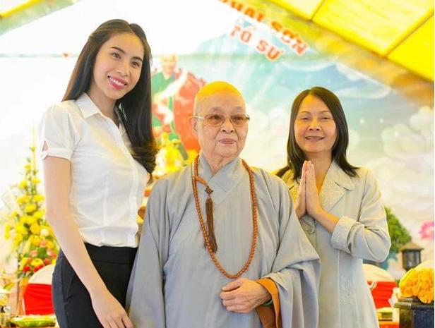Mẹ Thuỷ Tiên đáp trả khi bị netizen chỉ trích, nói rõ về việc khắc tên lên mai rùa để phóng sinh